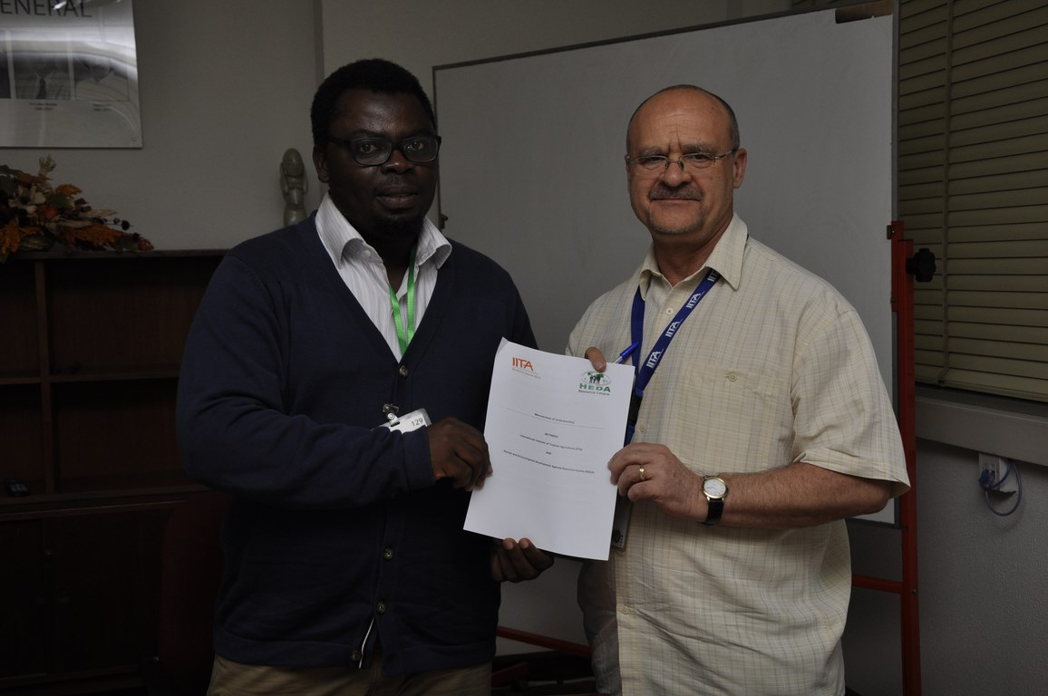 Dr Kenton Dashiell, IITA DDG Partnerships and Capacity Development, and Sulaiimon Arigbabu, HEDA Resource Centre Executive Secretary signs the memorandum of agreement.