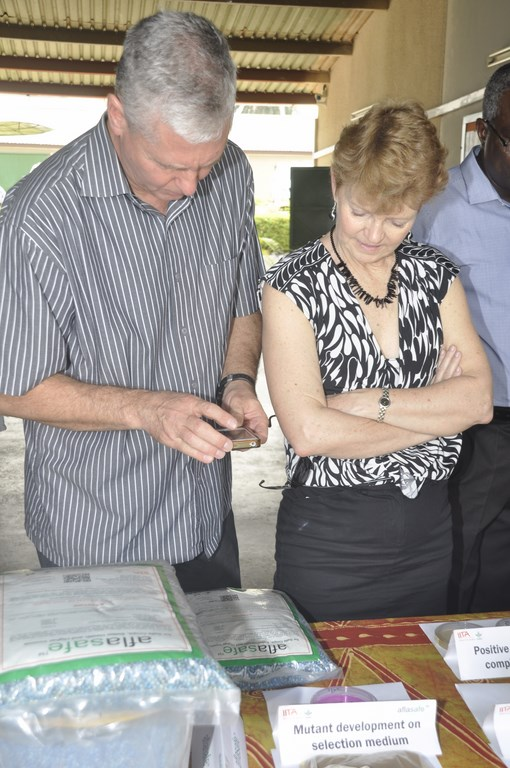 Frank (keft) and Ann Tutwiler, DG of Bioversity International, look at aflasafe samples--IITA's biological control product for aflatoxin management in maize and groundnut.